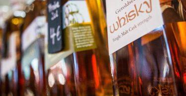 Wer sich Whisky nähert, sollte vor dem ersten Kauf in einem Fachgeschäft seine geschmacklichen Vorlieben erklären und sich beraten lassen. Foto: Christoph Schmidt/dpa-tmn