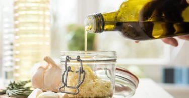Ein gutes natives Olivenöl extra hat ein harmonisches Zusammenspiel aus fruchtigen, bitteren und scharfen Noten. Foto: Christin Klose/dpa-tmn