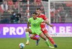 Lukas Nmecha (v) soll für Wolfsburg die Tore schießen. Foto: Matthias Koch/dpa