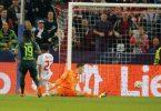 Der VfL Wolfsburg unterlag den Salzburgern um DFB-Stürmer Karim Adeyemi (M.). Foto: Krugfoto/APA/dpa