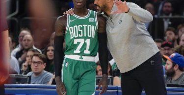 Boston Celtics-Cheftrainer Ime Udoka (r) spricht mit Dennis Schröder. Foto: Frank Franklin II/AP/dpa