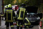 Einsatzkräfte der Feuerwehr bergen ein durch den Sturm beschädigtes Auto auf der Landstraße bei Mühltal in Hessen. Foto: 5vision media/dpa