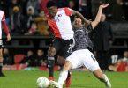 Unions Rani Khedira (r) versucht Luis Sinisterra vom Ball zu trennen. Foto: Patrick Post/AP/dpa