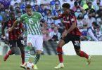 Joaquin (l) und Leverkusens Amine Adli teilten sich mit ihren Teams die Punkte. Foto: Jose Luis Contreras/AP/dpa