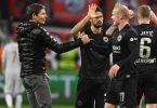 Frankfurts Trainer Oliver Glasner (l) freut sich mit Sebastian Rode nach dem Spiel. Foto: Arne Dedert/dpa