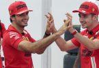 Die Ferrari-Piloten Carlos Sainz (l) aus Spanien und Charles Leclerc aus Monaco feiern. Foto: Eric Gay/AP/dpa