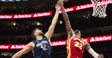 Maximilian Kleber (l) unterlag mit den Dallas Mavericks bei den Atlanta Hawks. Foto: Hakim Wright Sr./AP/dpa