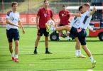 Bayerns Joshua Kimmich (r), Leroy Sane (hinten)und Thomas Müller halten den Ball hoch. Co-Trainer Dino Toppmöller beobachtet das Warm-Up. Foto: Matthias Balk/dpa