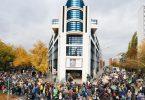 Protestierende mit Transparenten am Willy-Brandt-Haus, der SPD-Zentrale, in Berlin. Foto: Annette Riedl/dpa