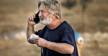 Alec Baldwin während eines Telefonats auf dem Parkplatz vor dem Santa Fe County Sheriff's Office, nachdem er zu dem Vorfall am Set befragt wurde. Foto: Jim Weber/Santa Fe New Mexican/AP/dpa