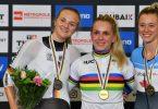 Wieder zusammen auf dem Podium: Emma Hinze (M) und Lea Sophie Friedrich (l). Foto: Denis Charlet/AFP/dpa