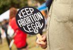 Eine Demonstrantin hält ein Schild mit der Aufschrift «Keep abortion legal» beim Dallas Reproductive Liberation March. (Archivbild). Foto: Leslie Spurlock/ZUMA Press Wire/dpa