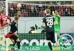 Mainz' Stürmer Jonathan Burkhardt (l) köpft den Ball zum 3:0 ins Tor von Augsburgs Torwart Rafal Gikiewicz (r). Foto: Uwe Anspach/dpa