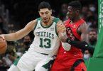 Celtics-Profi Enes Kanter (l) postet gegen den deutschen Nationalspieler Isaac Bonga auf. Foto: Michael Dwyer/AP/dpa