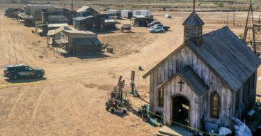 Die Polizei ermittelt auf dem Set des Western «Rust» nach einem tödlichen Schuss mit einer Requisitenwaffe. Foto: Roberto E. Rosales/Albuquerque Journal via ZUMA/dpa