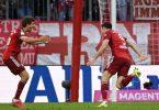Bayerns Robert Lewandowski (r) jubelt mit Thomas Müller nach seinem Treffer. Foto: Sven Hoppe/dpa