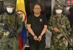 Auf diesem vom Pressebüro des kolumbianischen Präsidenten veröffentlichten Foto steht einer der meistgesuchten Drogenbosse des Landes, Dairo Antonio Usuga (M) alias «Otoniel», Chef des sogenannten Golfclans, auf einem Militärstützpunkt. Foto: Uncredited/Colombian presidential press office/AP/dpa