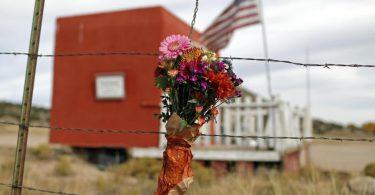 In Gedenken an die verstorbene Kamerafrau: Ein Blumenstrauß hängt vor der Bonanza Creek Film Ranch. Foto: Andres Leighton/AP/dpa