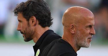 Interimstrainer Michael Frontzeck (r) übernimmt beim VfL Wolfsburg die Aufgaben von Mark van Bommel. Foto: Swen Pförtner/dpa