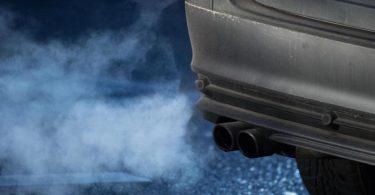 Abgase strömen aus dem Auspuff eines Autos. Foto: Marijan Murat/dpa
