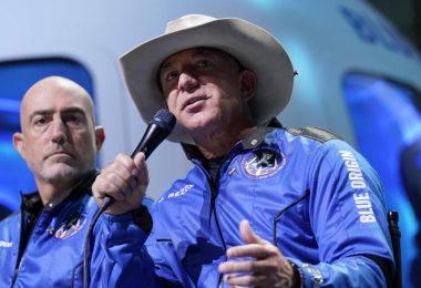 Jeff Bezos' (r) Raumfahrtfirma Blue Origin plant eine eigene Raumstation. Foto: Tony Gutierrez/AP/dpa