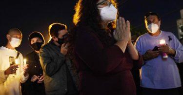 Mahnwache in Burbank für die verstorbene Kamerafrau Halyna Hutchins teil. Foto: Chris Pizzello/AP/dpa