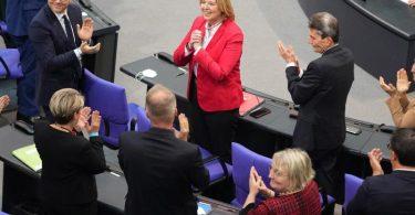 Bärbel Bas (m.) freut sich über ihre Wahl zur Bundestagspräsidentin. Foto: Kay Nietfeld/dpa