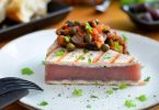 Sieht aus wie ein Stückchen Kuchen, ist aber ein Thunfischsteak in Sushi-Qualität. Es wird gegrillt und mit einer Gemüsepaste serviert. Foto: Julia Uehren/loeffelgenuss.de/dpa-tmn