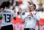 Zwei Treffer steuerte Jule Brand (r) zum deutschen Kantersieg gegen Israel bei. Foto: Fabian Strauch/dpa