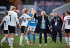 Zufriedene Bundestrainerin: Martina Voss-Tecklenburg (M)feiert mit ihren Spielerinnen den Sieg gegen Israel. Foto: Fabian Strauch/dpa