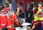 Der Nürnberger Tom Krauß (M) wird verletzt aus dem Stadion getragen, zeigt aber mit dem Daumen nach oben. Foto: Daniel Karmann/dpa