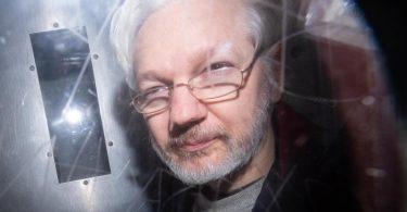 Julian Assange verlässt ein Gericht in London. Nach neuen Enthüllungen geht der Rechtsstreit um eine mögliche Auslieferung des Wikileaks-Gründers in die USA in eine neue Runde. Foto: Dominic Lipinski/PA Wire/dpa