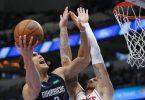 Mavericks-Forward Dwight Powell (l) zieht gegen Daniel Theis zum Korb. Foto: Brandon Wade/AP/dpa