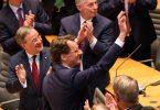 Hendrik Wüst bedankt sich nach der Wahl im Düsseldorfer Landtag bei den Abgeordneten. Foto: Rolf Vennenbernd/dpa