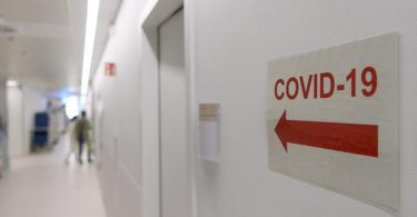 Corona-Patienten sind nach einer Studie anfälliger für andere Erkrankungen. Drei Monate nach der akuten Infektion haben sie häufiger ärztliche Diagnosen physischer und psychischer Symptome erhalten als andere Menschen. Foto: Robert Michael/dpa-Zentralbild/dpa