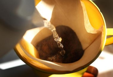 Ein Bild, das man fast riechen kann: Kaum trifft das heiße Wasser auf das Pulver, breitet sich Kaffeeduft im Raum aus. Foto: Karl-Josef Hildenbrand/dpa/dpa-tmn