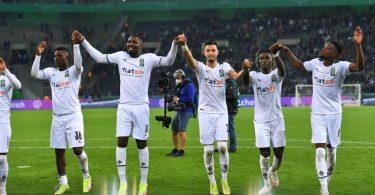 Borussia Mönchengladbachs Spieler nach ihrem Sieg. Foto: Marius Becker/dpa