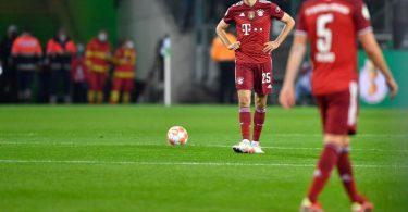 Die Bayern-Stars um Thomas Müller (l) und Benjamin Pavard waren nach der Niederlage bedient. Foto: Marius Becker/dpa