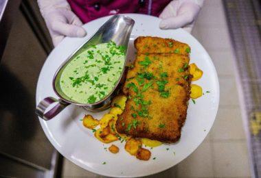 Ein veganes «Frankfurter Schnitzel» liegt frisch angerichtet auf dem Teller. Die Nachfrage nach reiner Pflanzenkost steigt. Foto: Andreas Arnold/dpa