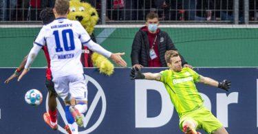 Leverkusens Torwart Lukas Hradecky patzte gegen den KSC. Foto: David Inderlied/dpa