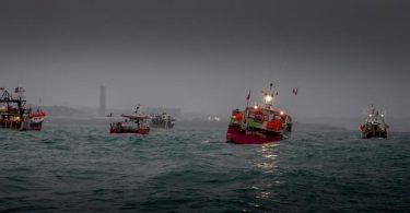 Französische Fischereifahrzeuge protestieren vor dem Hafen von St. Helier im Streit um Fischereirechte nach dem Brexit. Foto: Gary Grimshaw/Bailiwick Express/PA Media/dpa