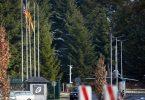Die US-Flagge weht vor dem Haupteingang des Bundeswehr-Fliegerhorsts in Büchel (Rheinland-Pfalz). (Archivbild). Foto: Thomas Frey/dpa