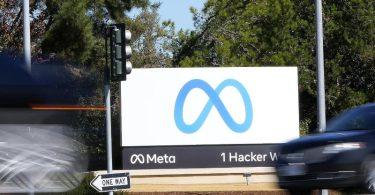 Ein Meta-Zeichen in der Unternehmenszentrale in Menlo Park. Der Facebook-Konzern gibt sich einen neuen Namen. Foto: Tony Avelar/AP/dpa